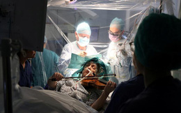 24h qua ảnh: Bệnh nhân chơi vĩ cầm trong lúc bác sĩ phẫu thuật u não