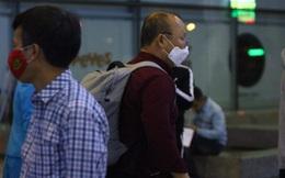 Từ Hàn Quốc trở về, HLV Park Hang-seo được kiểm tra y tế kỹ càng tại sân bay Nội Bài