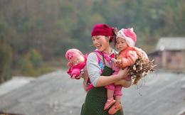 Vẻ đẹp tỏa nắng của cô gái H'Mông đốn tim CĐM, đáng chú ý hơn nữa là hình ảnh em bé ngủ ngặt nghẽo cực đáng yêu trên lưng mẹ