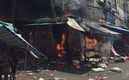 Cháy lớn ở chợ Hạnh Thông Tây, 2 người liều mạng nhảy xuống đất thoát thân