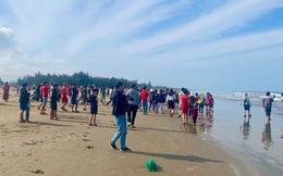 Xác cá voi dài 12m, nặng khoảng hơn 10 tấn trôi dạt vào bờ biển Hà Tĩnh