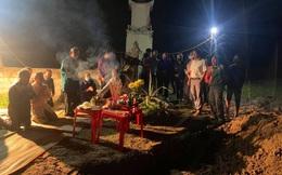 [Ảnh] Cả trăm người làm cơm, lập bàn thờ, thắp hương, chôn xác cá voi nặng hơn 10 tấn trong đêm