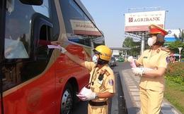 [Ảnh] Người dân Sài Gòn hào hứng khi CSGT dừng xe phát khẩu trang chống dịch Corona