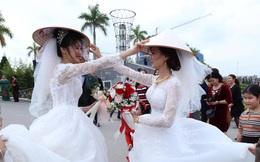 Đang chụp ảnh giữa đường, gặp đoàn rước dâu khác, cô dâu - chú rể liền có hành động đặc biệt