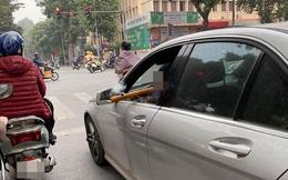 Hạ kính xe, rít thuốc lào - nam tài xế khiến cả con phố phải ngoái lại nhìn