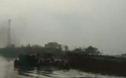Tàu chở hàng tông trúng phà, hành khách nháo nhác nhảy xuống sông