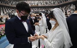 7 ngày qua ảnh: Các cặp đôi Hàn Quốc đeo khẩu trang tham gia lễ cưới tập thể