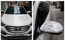 """Đỗ ô tô giữa cửa nhà lạ, chủ xe """"đứng hình"""" vì dòng chữ trên nắp capo cùng 2 tờ 10 nghìn đồng"""