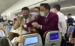 Bức xúc vì phải chờ 7 giờ đồng hồ mới tới lượt khám sức khỏe, người phụ nữ TQ ho vào tiếp viên hàng không