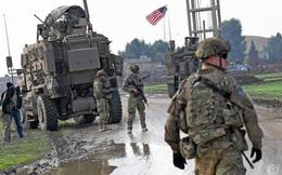 """""""Mưa bom"""" bất ngờ giội xuống binh lính Mỹ ở Syria: Thế lực rất tinh vi nào đứng sau?"""