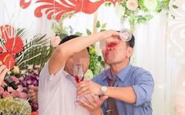 Chúc rượu trong đám cưới, 2 ông thông gia có động tác lạ khiến dân tình không thể nhịn cười