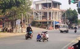 Người phụ nữ dừng xe máy ngồi giữa đường, hành động sau đó của chị khiến ai cũng kinh ngạc