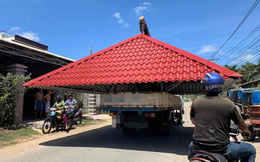 Xe tải siêu cồng kềnh chở cả mái nhà ngang nhiên đi giữa phố khiến bao người kinh ngạc