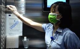 Sáng kiến dùng tăm nhấn nút thang máy phòng chống dịch Covid-19 trong chung cư ở Hà Nội
