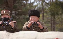 Toàn bộ phụ tá mang khẩu trang xem tập trận, ông Kim Jong-un thì không