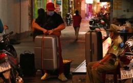 Khách du lịch ôm hành lý bỏ đi trong đêm tối vì nghi có ca nhiễm Covid-19 trong con hẻm ở Bùi Viện