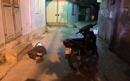 Nam thanh niên vứt xe, ngủ giữa ngõ khiến người đi đường phải trông đồ hộ