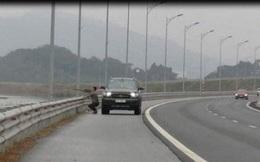 Cảnh sát xử phạt người đàn ông dừng xe trên cao tốc dùng súng bắn chim