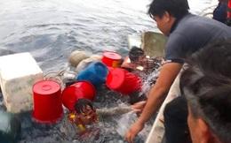 Tàu cá bị sóng đánh chìm, 6 thuyền viên ôm thùng nhựa lênh đênh trên biển nhiều giờ