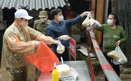 [Ảnh] Ấm lòng người dân khu cách ly Cầu Giấy nhận thực phẩm miễn phí mua từ Vinmart