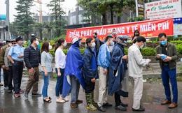 Hà Nội: Người dân xếp hàng đợi phát khẩu trang miễn phí