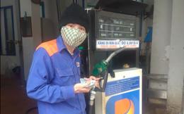 Đi đổ xăng nhưng hết tiền, nhân viên cây xăng đưa ra đề nghị khiến khách hàng cảm động
