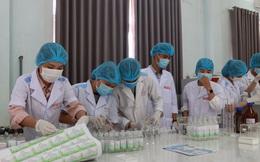 Một trường đại học pha chế hơn 4.500 lít dung dịch nước rửa tay sát khuẩn để phục vụ cộng đồng chống Covid-19