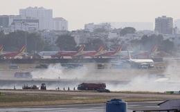 Máy bay Vietnam Airlines nổ lốp khi chạy đà, khói bốc mịt mù ở Tân Sơn Nhất