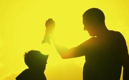 Con trai mắc bệnh lạ, gia đình chữa mãi không khỏi, bố bỏ nghề thì điều kỳ lạ đã xảy ra