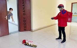 Phòng dịch, shipper dùng ô tô đồ chơi giao đồ uống cho khách, đứng cách 2m cũng phải gọi điện thoại