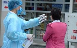 [Ảnh] Bệnh viện Bạch Mai ngừng khám theo yêu cầu, kiểm tra thân nhiệt người vào viện sau khi 2 nữ điều dưỡng nhiễm Covid-19