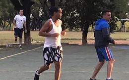 """Học nghề mộc & dạy tù nhân đá bóng, Ronaldinho chuẩn bị cho việc """"bóc lịch"""" dài ngày"""