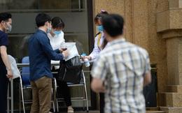 [Ảnh] Hàng quán đóng cửa, đồ đạc ra vào chung cư bệnh nhân 148 sinh sống được khử khuẩn tỉ mỉ