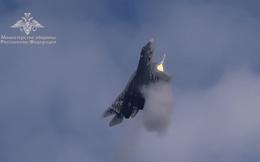 Khoảnh khắc ngoạn mục tiêm kích Su-57 vừa leo dốc vừa bắn tên lửa