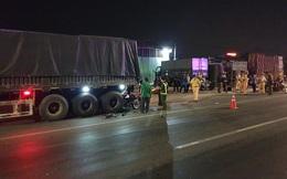 Xe máy cắm chặt vào đuôi xe container trong đêm, 2 thanh niên tử vong