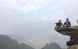 Xôn xao bức ảnh 2 đứa trẻ ngồi vắt vẻo trên mỏm đá ở Hà Giang, thu 10 nghìn đồng nếu khách muốn lên chụp ảnh
