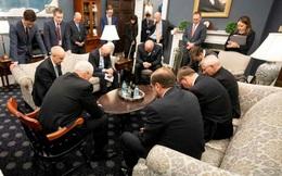 """Mỹ: Hình ảnh Phó TT Pence và ban chỉ đạo chống dịch COVID-19 cầu nguyện trước buổi họp khiến dư luận """"dậy sóng"""""""