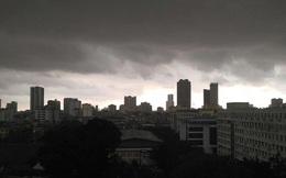 Mây đen giăng kín trời gây mưa lớn khiến nhiều tuyến phố ở Hà Nội ngập sâu