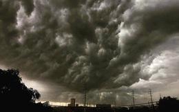 Hà Nội 2h chiều trời tối như ban đêm: Mây đen cuồn cuộn giăng kín bầu trời cùng mưa giông bất chợt khiến người dân phải bật đèn xe di chuyển