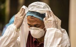 [Ảnh] 2 giờ của nhân viên y tế khi phun tiêu trùng, khử độc ở toà 34T, nơi nữ phóng viên nhiễm Covid-19 sinh sống