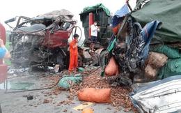 Xe ben và xe tải biến dạng sau cú đấu đầu kinh hoàng, 2 người tử vong, mắc kẹt trong xe