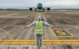 Chuyến bay do tỷ phú Phạm Nhật Vượng tài trợ đưa 56 người Việt về từ Ukraine hạ cánh ở Vân Đồn