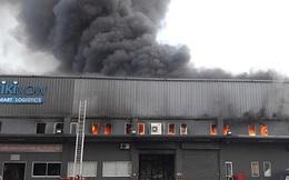 Cháy lớn tại 1 kho hàng gần sân bay Tân Sơn Nhất, khói đen bốc cao nghi ngút