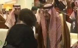 Video: Phản ứng của quốc vương Ả Rập Saudi khi bị người phụ nữ hôn lên tay