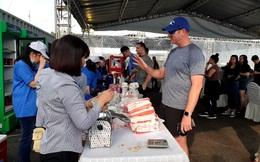 Thủy thủ tàu sân bay USS Theodore Roosevelt thích thú mua bánh mỳ Việt Nam