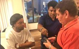 Cảnh sát ập vào phòng phát hiện hộ chiếu giả, Ronaldinho bị bắt giữ, không được về Brazil