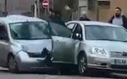 Cảnh tượng đáng sợ: Gã tài xế hung hăng lái xe tông thẳng vào một chiếc xe khác