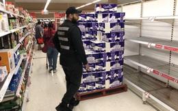 """Cử bảo vệ """"canh"""" giấy vệ sinh: Cách các siêu thị đối phó với cơn sốt mua hàng"""