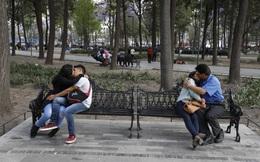 24h qua ảnh: Các cặp đôi hôn nhau trong công viên ở Mexico