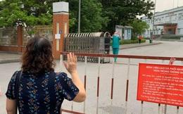 Xúc động khoảnh khắc bác sĩ Bệnh viện dã chiến số 2 Quảng Ninh gặp vợ và nói chuyện từ xa qua hàng rào chắn
